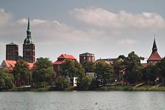 Stralsund - Knieperwall, St. Nikolai, Kütertor (tom-schulz) Tags: eosm3 carlzeissjenabiotar582 biotar582 rawtherapee stralsund see teich kirche häuser tor dächer himmel wolken