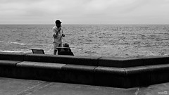 Cornet de glace une boule (Un jour en France) Tags: monochrome glace people mer noiretblanc noiretblancfrance