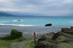 Plage à proximité du pont de Sanxiantai (8pl) Tags: sanxiantai taïwan plage galets eau bleu chemin paysage mer océan seascape 三仙台