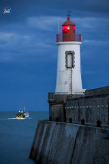 les sables d'olonne (apparencephotos) Tags: phare lessablesdolonne vendée canonfrance lighthouse bluehour