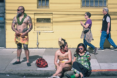 just a normal day on Bryant St. (Super G) Tags: nikon315 tattoo sanfrancisco california unitedstates us samoa yellow candid people walking standig sitting streetphotography carnavalsf 2018