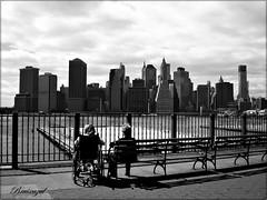 Al otro lado (Tomando el sol) (bruixazul poc a poc...) Tags: nuevayork brooklyn skyline bn bw city ciudad lagranmanzana eeuu amoralarte