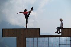 Freeclimbing der besonderen Art - am Rittisberg, vor dem Dachstein (Wolfgang, die rote fingur) Tags: schladming ennstal gymnastik kunststück spielplatz österreich steiermark rittisberg