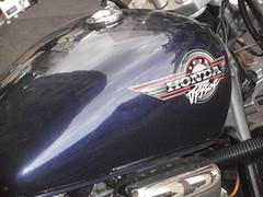 Brand addiction P7120344 (oberondilettante) Tags: bleu moto motorcycle lavande blue lavender brand marque honda