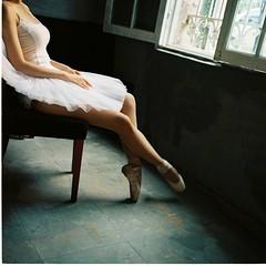 White Swan! (Ngô_Hoàng_Giang) Tags: lomo400 filmroll chuptaolao hoanggiang ballet rolleiflex35exenotar rolleiflex whiteswan