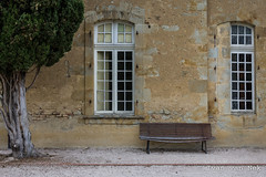 Abbaye de Boulaur (Ivan van Nek) Tags: abbayedeboulaur gers france 32 frankrijk frankreich occitanie midipyrénées windows ramen fenster fenêtre nikon nikond7200 d7200 wall bench bank 7dwf
