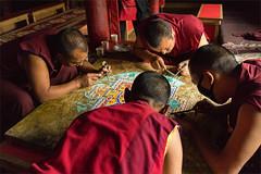 Monjes tibetanos creando un mandala (carmenvillar100) Tags: lamayuru tibet india pequeñotibet monks tibetanmonks mandala 2017 monjestibetanos ladakh