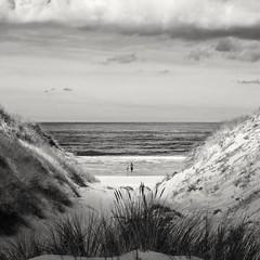 Une lueur pour la baignade (Val'Art Photography) Tags: mer plage dune blackandwhite monochrome noiretblanc paysage nuages