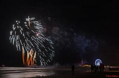 DSC_8361-4 (Piet Bink (aka)) Tags: vuurwerk fireworks scheveningen festival international avond zaterdag saturday evening night wedstrijd competition zee sea water lucht sky kleur kleuren colours schouwspel pier reuzenrad kurhaus boulevaar donker dark boat ponton