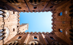 Palazzo (Chris Buhr) Tags: siena palazzo pubblico architektur sonne sommer himmel sky turm tower italien italy toskana tuscany leica m10 21mm summilux innenhof