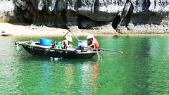 VIETNAM (Grace R.C.) Tags: vietnam halongbay gente people boat fishermen pescadores agua water