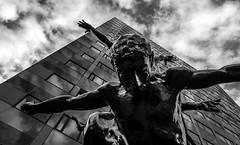Rabobank Rotterdam (Kijkdan) Tags: monochrome blackandwhite rotterdam statue architecture architectuur city urban