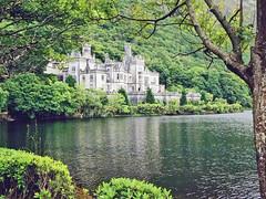Irlande, le château Abbaye de Kylemore construite en 1867 (Roger-11-Narbonne) Tags: chateau abbaye kylemore etang connemara eau
