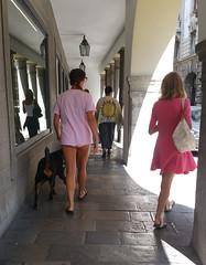 UDINE. PASSEGGIATA IN CENTRO. (FRANCO600D) Tags: udine ud città centrocittà passeggiata passeggio girls giovani teenager ragazza cane guinzaglio estate caldo hot summer smartphone samsung note4 franco600d