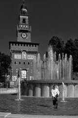 Lo spargitore di cloro [Explored 2018.08.10] (drugodragodiego) Tags: milano castellosforzesco lombardia italy castle fountain architecture people blackandwhite blackwhite bw biancoenero streetlife streetphotography fuji fujifilm fujifilmx100t x100t explored