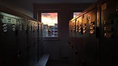 Abends in der Umkleide (gatierf) Tags: sonnenuntergang abend umkleide fenster spinte schränke