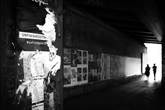 Back to life (parenthesedemparenthese@yahoo.com) Tags: dem 2018 allemagne bn backlighting berlin city couples deutschland germany monochrome nb noiretblanc silhouettes street textures tunnel août august blackandwhite bnw byn canon600d channel contrejour ef24mmf28 grandcontraste highcontrast streetphotography tags