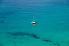 THARROS (SARDEGNA) (mcdrego) Tags: sardegna italia tharros sangiovanisinis oristano cerdeña sardenya barco turquesa azul aguatransparente velero playa spiaggia mar marmediterraneo mediterraneo