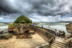 """... """"La mente crea el puente, pero es el corazón el que lo cruza""""  ― Nisargadatta  --- (franma65) Tags: biarritz puente mar"""