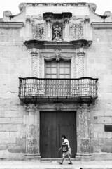 Sonrisa de San Miguel (Marcos Núñez Núñez) Tags: streetphotography urban streetphotographer sanmiguel muro puerta mujer blancoynegro blackandwhite bw oaxaca canoneosrebelt5 architecture balcón door wall