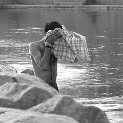 Orchha 2017 (gerben more) Tags: river orccha orchha hairychest washing india man