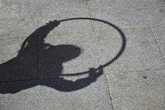 Tiempo de juego (Ana★Is) Tags: suelo niños juego sombra aro niña kids girl playing shadows