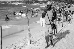 Salesman in Colombia (Luiz Contreira) Tags: cartagena cartagenadeindias colombia colômbia southamerica américadosul salesman beach praia blackwhite bw pretoebranco pb people pessoas