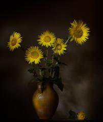 Tiempo de girasoles (rosanaparrillaleal) Tags: girsoles sunflowers amarillo flores flowers ramo jarron 50mm bodegón