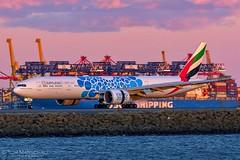 Blue Bubbles (Tom Marschall) Tags: a6egb b77w b777 777 777300er emirates sydney airport syd yssy dxb dubai uae