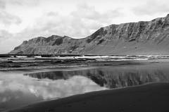 Strand Lanzarote (maik_sen) Tags: strand beach reflection reflexion wasser water mountain berge black blackwhite natur nature