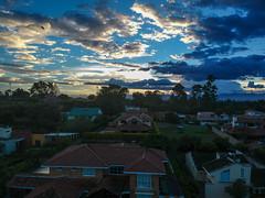 Puesta del sol (José M. Arboleda) Tags: paisaje puestadelsol atardecer cielo nube sol ave pájaro casa techo árbol bosque hierba calle carretera popayán colombia minidrone drone dji spark josémarboledac