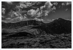 Verso il passo Crocedomini (Outlaw Pete 65) Tags: paesaggi landscapes cielo sky nuvole clouds montagne mountains luce light ombre shadows erba grass natura nature biancoenero blackandwhite fujixe3 fujinon23mm collio lombardia italia