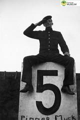 tm_4791 - Malmslätt, Östergötland 1942 (Tidaholms Museum) Tags: svartvit positiv soldat 1942 malmslätt östergötland militäruniform