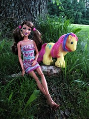 (flores272) Tags: bigbrothermylittlepony outdoors doll dolls toy toys barbie barbiedoll barbieclothing barbiefashionistas mylittlepony mlp