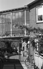 Achterom (Arne Kuilman) Tags: kosmofoto kosmofotomono iso100 contax zeiss 50mm 50mmf17 slr film homedeveloped pyrocathd 11minutes developed developer netherlands nederland achterom alley gate