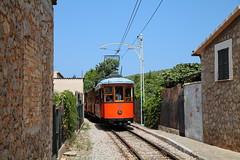 Ortsdurchfahrt auf mallorquinisch (trainspotter64) Tags: strasenbahn streetcar tram tramway tranvia tramvaj tramwaje sóller mallorca gt8 spanien balearen fds überlandbahn