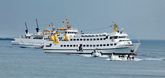 Helgoland: Warten auf Passagiere (antje whv) Tags: helgoland hafen port nordsee northsea schiffe ships boote boats
