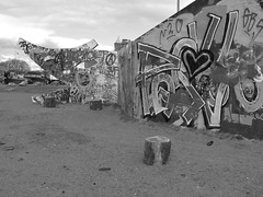 Graffitiväggen Draken i Röda sten i Göteborg 27 april 2018 (biketommy999) Tags: konst art göteborg rödasten sverige sweden 2018 biketommy biketommy999 text svartvitt blackandwhite