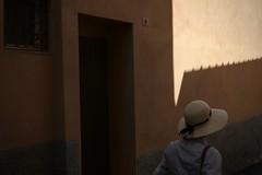 VII.2018 (David Farreny) Tags: italie italy italia toscane toscana tuscany grosseto massamarittima rue street été summer femme woman passante passerby porte door fenêtre window chapeau hat paille straw mur wall numéro number 9