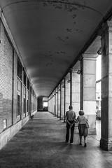 Paseando (José Varela) Tags: olympus zuiko mzuiko em1 1240 blancoynegro street arquitectura micro43