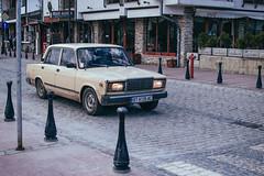 En Bulgaria les gusta lo vintage (Chasingssuns) Tags: bulgaria vellido tarnovo vintage car cars coche antiguo old