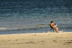 Leggere.. (paolotrapella) Tags: mare beach persone