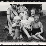 Archiv P728 Kinder mit Mutter, 1930er thumbnail