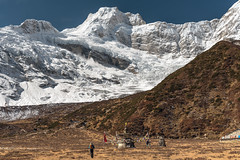 feeling small (traumlichtfabrik) Tags: asia hiking nepal travel backpacking trecking samagaun manaslu snow snowcapped mountain peak outdoor sunshine bright 2017 asien reisen wandern midwesterndevelopmentregion np