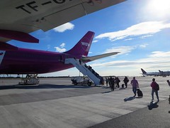 WW161 KEF-SFO 7/30/2017 (kenjet) Tags: ww kef wow wowair bikf keflavik airbus tfgay a333 a330300 a330343x plane jet flugzeug airline airliner aviation keflavikinternationalairport purple ramp boarding tarmac airport sq 9vstj singapore singaporeairlines tail