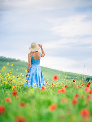 (dawvon) Tags: provinceofsiena bokeh landscape flowers plants nature people poppies mariaresht lady tuscany snapshot travel valdorcia sky sanquiricodorcia europe italy field dof depthoffield italia italianrepublic poppy provinciadisiena repubblicaitaliana shallowdepthoffield siena snaps toscana