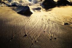 Transient patterns (Rita Eberle-Wessner) Tags: strand beach sand steine stones water wasser waves meer ocean sea wellen licht light golden gold pattern patterns transient transientpatterns