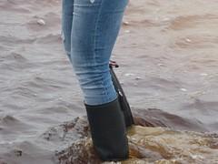 Beach fun (willi2qwert) Tags: wellies wellingtons women wasser wet water wave watt beach gummistiefel gumboots girl gummistövlar regenstiefel strand