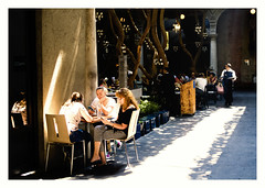 All that chat (Manuel Gayoso) Tags: zócalo mexico mesa amigas chat restaurant mozo luz