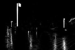 Periscopios urbanos (Jo March11) Tags: bilbao bizkaia paísvasco euskalherria euskadi ametzola farolas periscopio luz reflejos líneas noche blancoynegro monocromo ieletxigerra idoiaeletxigerra eletxigerra canon canoneos
